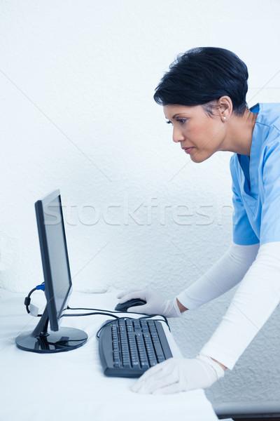 женщины стоматолога глядя Компьютерный монитор вид сбоку концентрированный Сток-фото © wavebreak_media