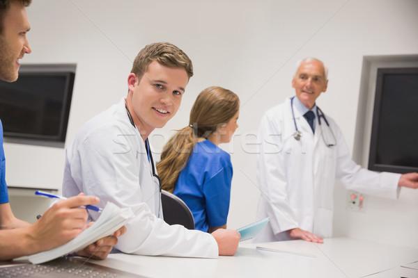 Medycznych profesor nauczania młodych studentów uczelni Zdjęcia stock © wavebreak_media