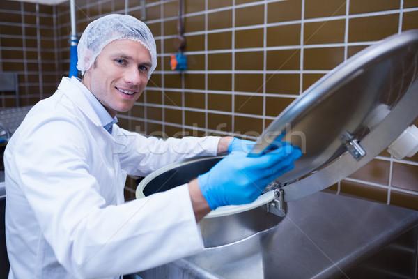 Mosolyog férfi laborköpeny nyitás gép gyár Stock fotó © wavebreak_media