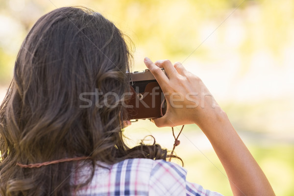 Widok z tyłu dość brunetka parku retro kamery Zdjęcia stock © wavebreak_media