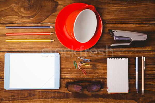 Comprimé tasse notepad table en bois bureau bois Photo stock © wavebreak_media