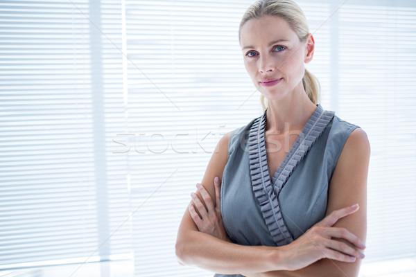 Nadenkend zakenvrouw permanente kantoor portret vrouw Stockfoto © wavebreak_media