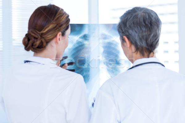 背面図 濃縮された 医療 同僚 調べる X線 ストックフォト © wavebreak_media