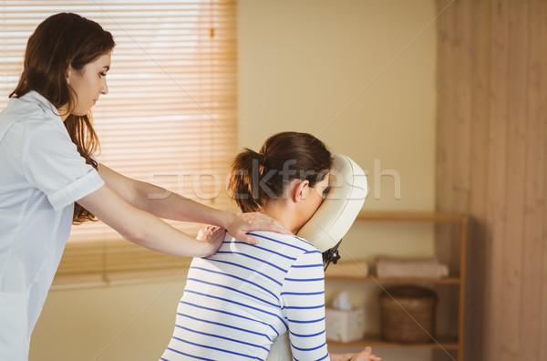ストックフォト: 若い女性 · マッサージ · 椅子 · 療法 · ルーム · 女性
