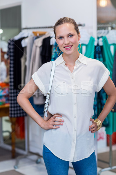 Gülümseyen kadın elbise ray portre giyim depolamak Stok fotoğraf © wavebreak_media
