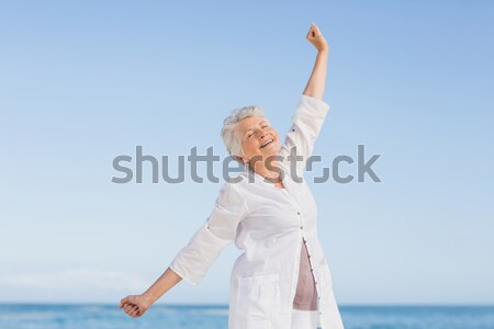 Idős nő karok a magasban áll tiszta égbolt tengerpart Stock fotó © wavebreak_media