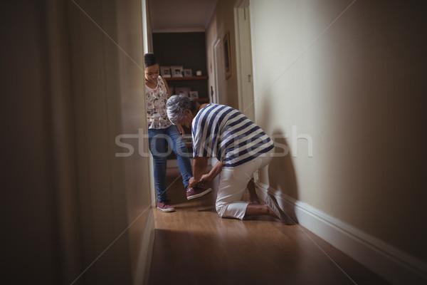 Nagymama segít leányunoka visel cipők otthon Stock fotó © wavebreak_media