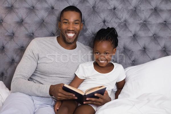 Portré mosolyog férfi lánygyermek olvas könyv Stock fotó © wavebreak_media
