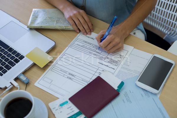 Femenino ejecutivo relleno forma escritorio primer plano Foto stock © wavebreak_media