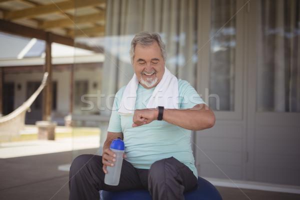 Idős férfi idő karóra munka ki Stock fotó © wavebreak_media