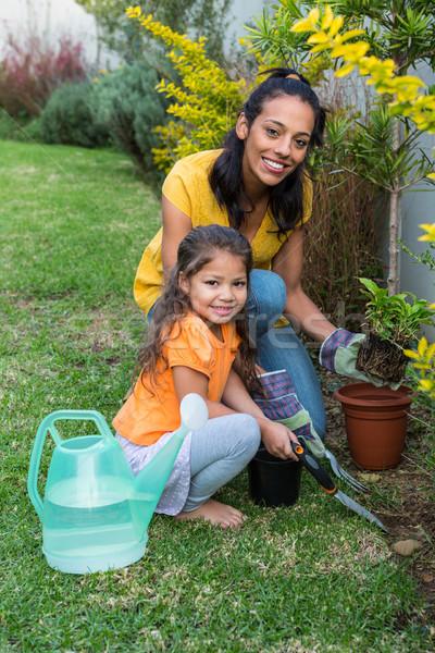 Souriant mère fille jardinage regarder caméra Photo stock © wavebreak_media