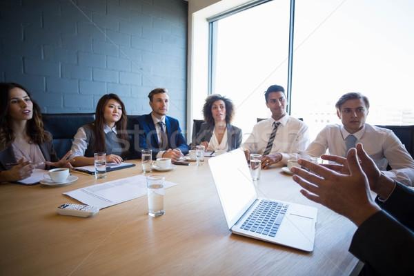 Discuţie sala de conferinte birou afaceri om Imagine de stoc © wavebreak_media