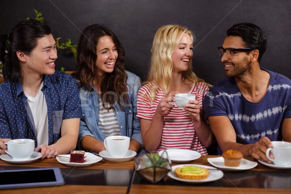 Mosolyog barátok élvezi kávé együtt technológiák Stock fotó © wavebreak_media