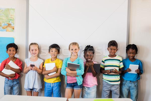 Souriant élèves permanent technologie classe heureux Photo stock © wavebreak_media