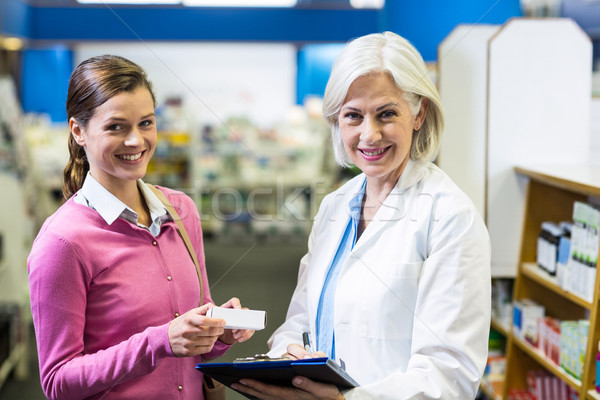 фармацевт Дать клиентов буфер обмена портрет аптека Сток-фото © wavebreak_media