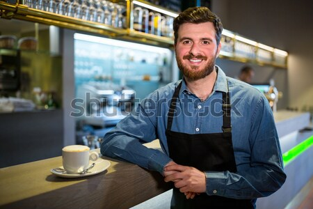 Mosolyog pincér készít csésze kávé pult Stock fotó © wavebreak_media