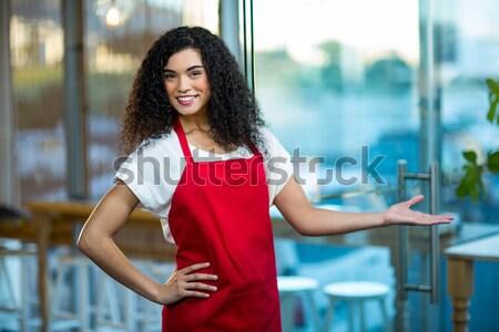 Portré mosolyog pincérnő áll keresztbe tett kar kávézó Stock fotó © wavebreak_media