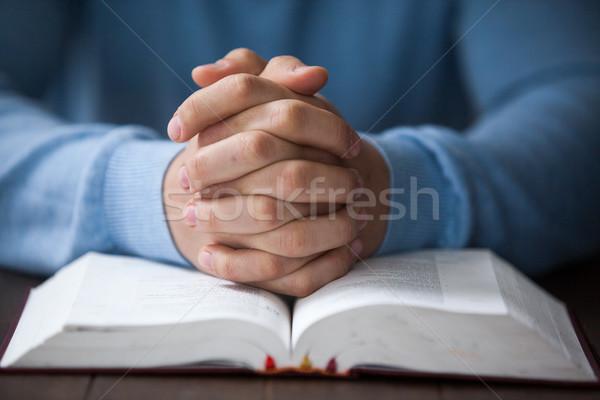 Férfi Biblia ül asztal notebook jókedv Stock fotó © wavebreak_media