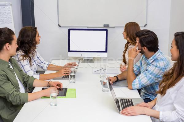 ビジネスチーム 見える コンピュータの画面 会議室 オフィス ビジネス ストックフォト © wavebreak_media