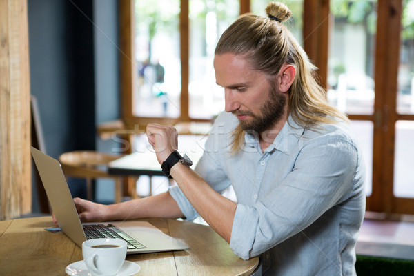 Giovane tempo coffee shop uomo tavola notebook Foto d'archivio © wavebreak_media