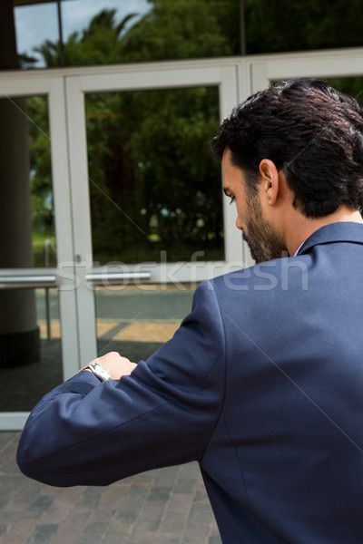 Biznesmen czasu spaceru działalności budynku człowiek Zdjęcia stock © wavebreak_media