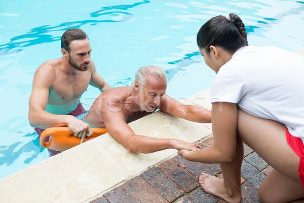 Starszy człowiek basen zespołu kobiet bezpieczeństwa Zdjęcia stock © wavebreak_media