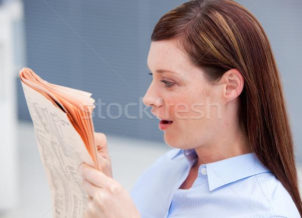 Verwonderd zakenvrouw lezing krant kantoor uitvoerende Stockfoto © wavebreak_media