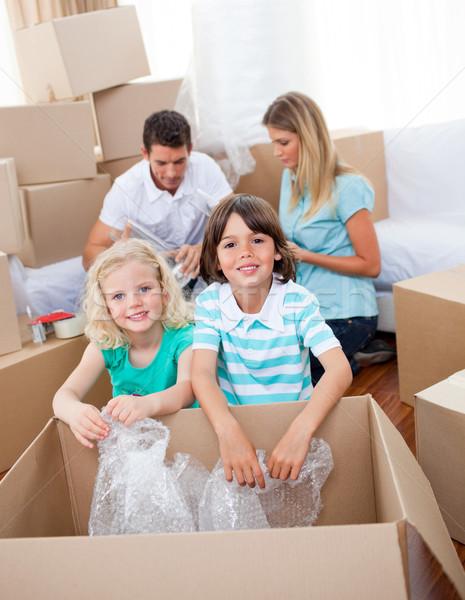 Animado familia cajas casa Foto stock © wavebreak_media