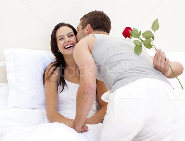 Hombre aumentó beso hermosa esposa cama Foto stock © wavebreak_media