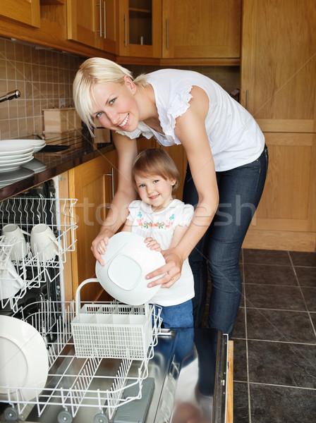 Glimlachend moeder dochter naar camera permanente Stockfoto © wavebreak_media