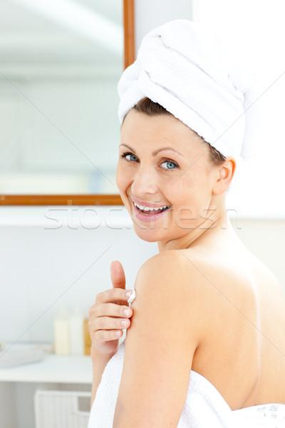 Foto stock: Encantado · mulher · jovem · creme · corpo · olhando · câmera