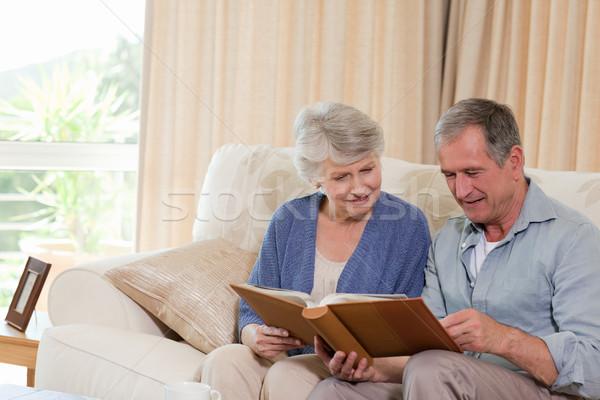 Idősek néz fényképalbum otthon nő ház Stock fotó © wavebreak_media