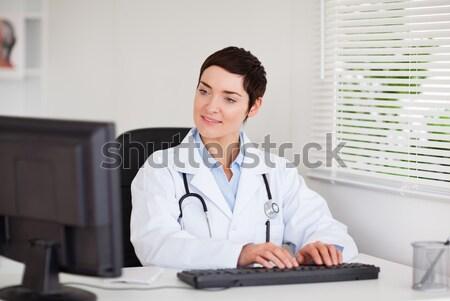 Retrato médico escribiendo ordenador oficina negocios Foto stock © wavebreak_media