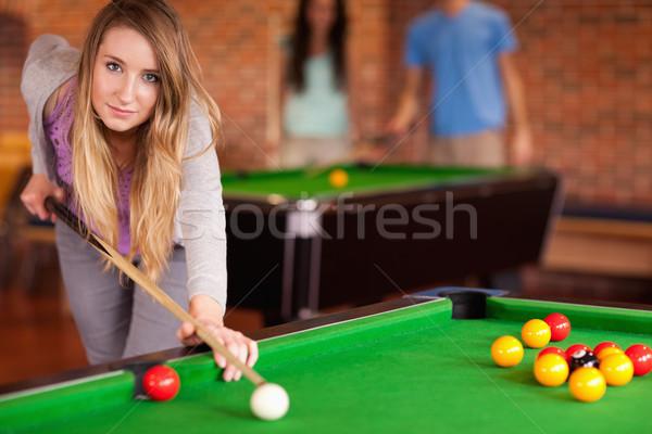 Aranyos nő játszik snooker otthon diák Stock fotó © wavebreak_media
