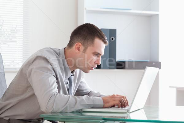 Jungen Geschäftsmann Aufnahme schließen aussehen Laptop Stock foto © wavebreak_media