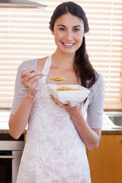 Portret vrouw eten granen keuken huis Stockfoto © wavebreak_media