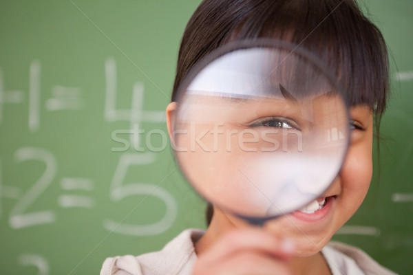 Cute schoolmeisje naar vergrootglas klas Stockfoto © wavebreak_media