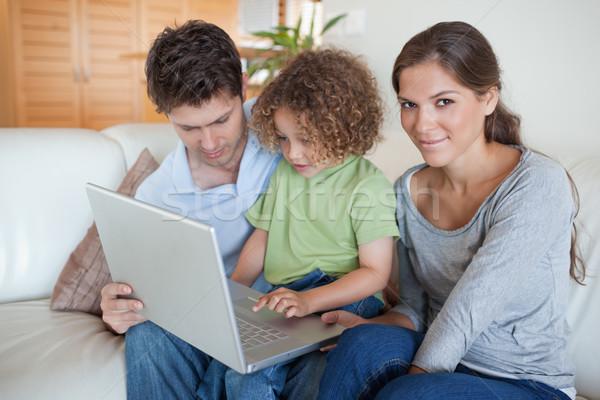 Giovani famiglia utilizzando il computer portatile soggiorno uomo bambino Foto d'archivio © wavebreak_media