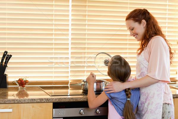 Alegre sonriendo madre hija cocinar Foto stock © wavebreak_media
