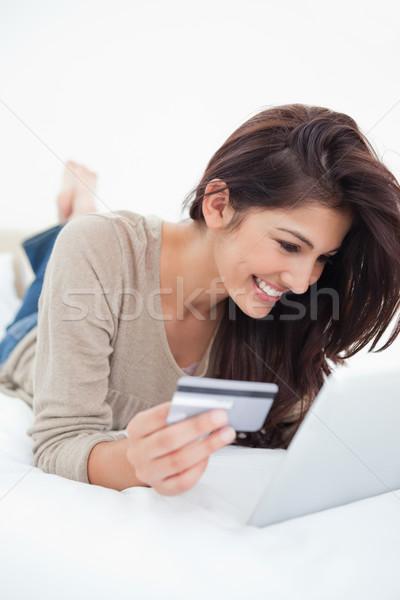 Femme souriante lit carte de crédit comprimé mains sourire Photo stock © wavebreak_media