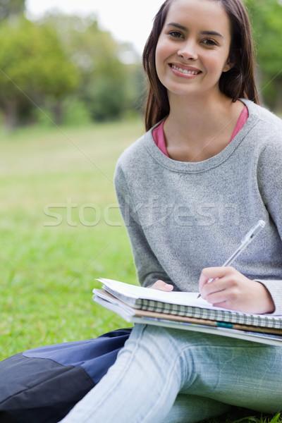 Glimlachend student huiswerk vergadering beneden platteland Stockfoto © wavebreak_media