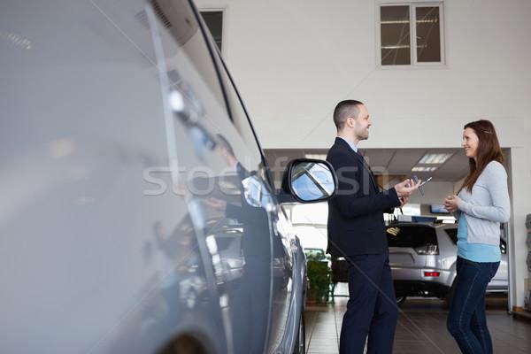 Stockfoto: Verkoper · cliënt · garage · vrouw · auto
