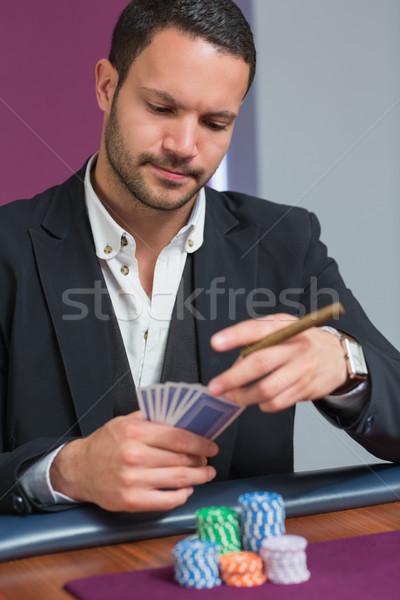 Adam puro bakıyor kartları kumarhane Stok fotoğraf © wavebreak_media