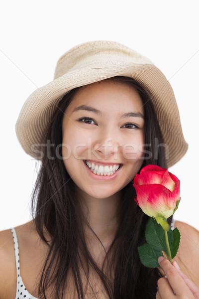 Nő tart rózsa visel szalmakalap virág Stock fotó © wavebreak_media
