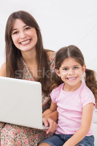 Anya lánygyermek boldogan laptopot használ kanapé számítógép Stock fotó © wavebreak_media