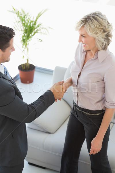 Handen schudden woonkamer home Stockfoto © wavebreak_media