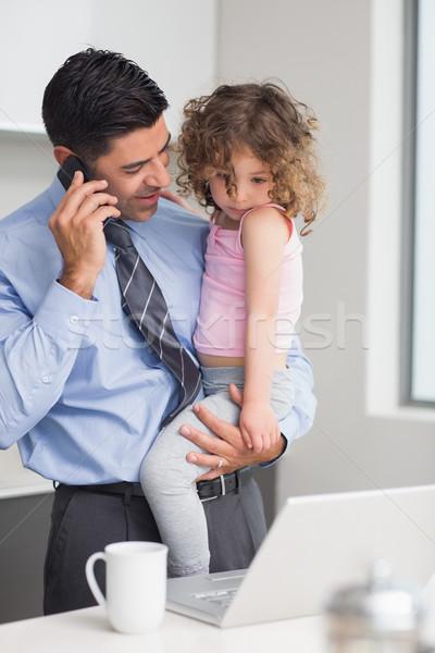 Jólöltözött apa mobiltelefon hordoz lánygyermek mosolyog Stock fotó © wavebreak_media