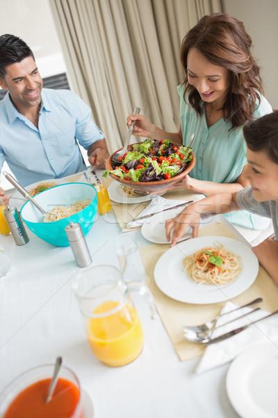 Fericit de familie trei şedinţei masa vedere Imagine de stoc © wavebreak_media