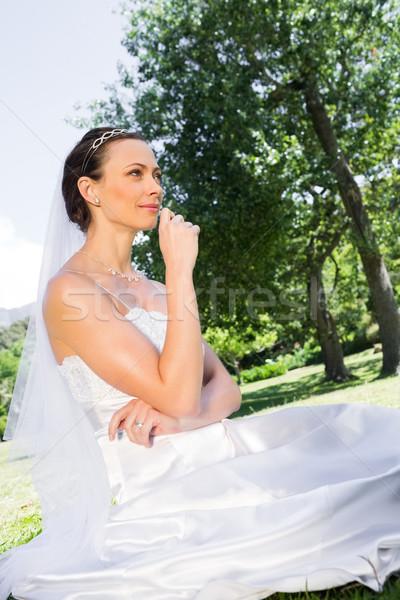 Jonge bruid vergadering tuin nadenkend vrouw Stockfoto © wavebreak_media