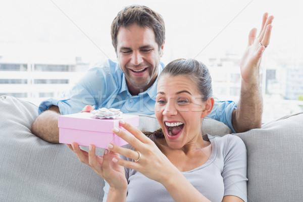 Homme surprenant joli petite amie rose cadeau Photo stock © wavebreak_media